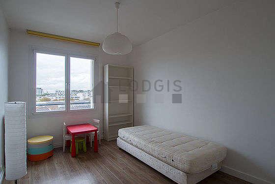 Chambre de 10m² avec du linoleum au sol
