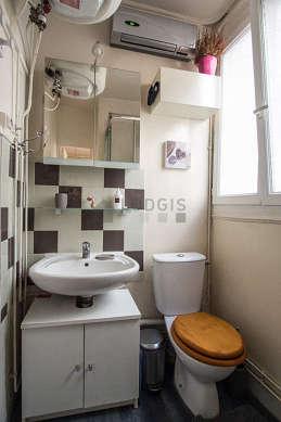 Salle de bain claire avec fenêtres et du parquet au sol