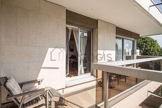 Terrasse très lumineuse avec du carrelage au sol
