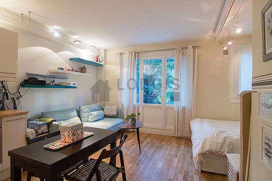 Séjour très calme équipé de 1 lit(s) de 140cm, téléviseur, armoire, 1 chaise(s)