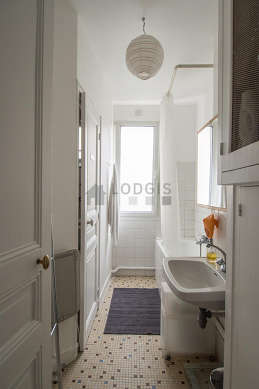 Salle de bain claire avec fenêtres double vitrage et du carrelage au sol