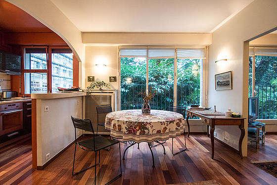 Séjour calme équipé de 1 canapé(s) lit(s) de 140cm, table à manger, 4 chaise(s)