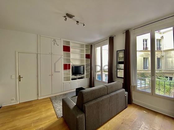 Location studio avec ascenseur et concierge paris 9 rue for Location studio meuble paris
