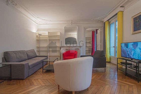 Grand salon de 25m² avec du parquet au sol