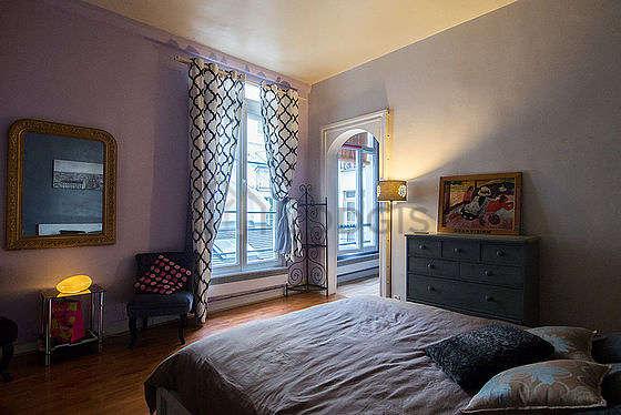 Chambre lumineuse équipée de 2 fauteuil(s), table de chevet