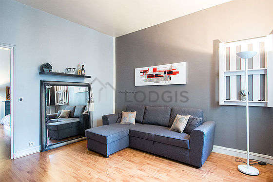 Séjour calme équipé de 1 canapé(s) lit(s) de 140cm, téléviseur, 2 chaise(s)