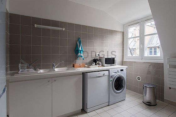 Cuisine équipée de lave linge, réfrigerateur, vaisselle