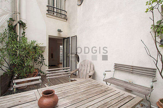 Balcony equipped with dining table, 1 chair(s)