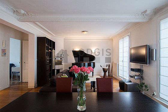 Grand salon de 29m² avec du parquet au sol