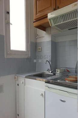 Cuisine équipée de plaques de cuisson, freezer, hotte, vaisselle