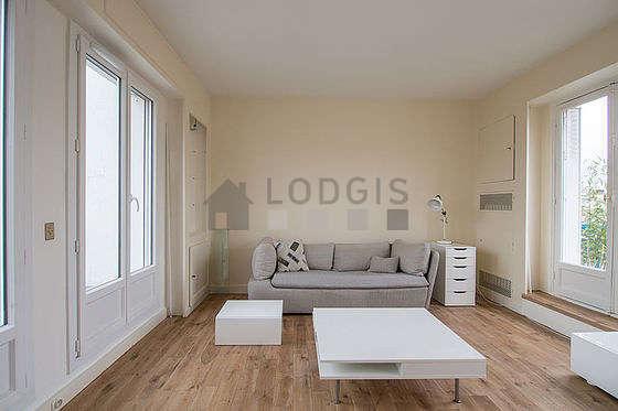 Séjour calme équipé de canapé, table basse, placard, 2 chaise(s)