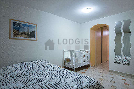 Very quiet bedroom for 3 persons equipped with 1 infant bed(s) of 0cm, 1 bed(s) of 140cm