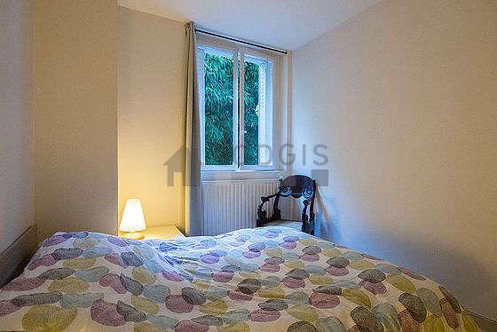 Chambre lumineuse équipée de commode, 1 chaise(s)