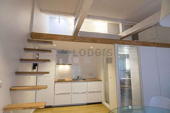 Mezzanine de 11m² sous belle hauteur de plafond avec du parquet au sol