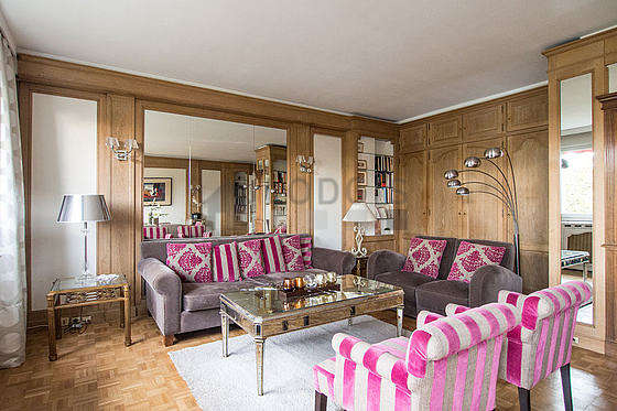 Large living room of 32m² with wooden floor