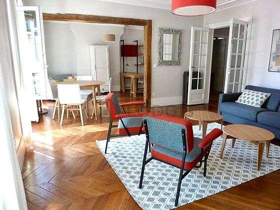 Beau bureau de 15m² avec du parquet au sol, équipé de 1 fauteuil(s)