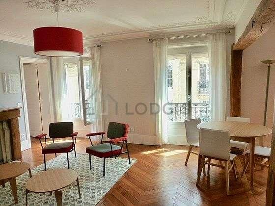 Séjour calme équipé de 1 canapé(s) lit(s) de 140cm, 2 fauteuil(s), 4 chaise(s)