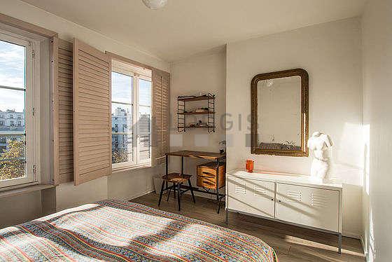 Chambre très lumineuse équipée de bureau, commode, tabouret