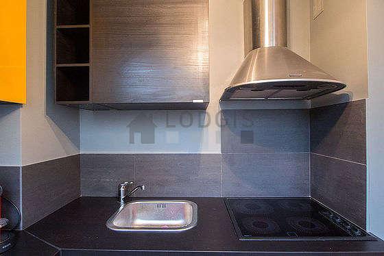 Cuisine équipée de lave linge, réfrigerateur, hotte