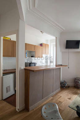 Kitchen of 5m² with tile floor