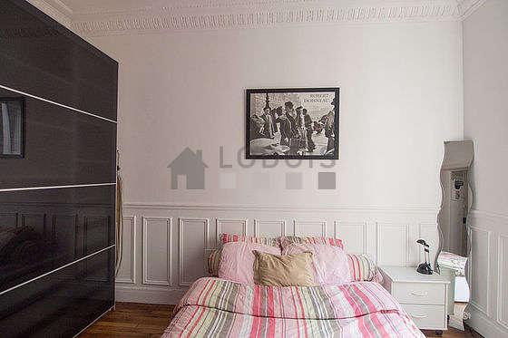 Chambre lumineuse équipée de téléviseur, ventilateur, table de chevet