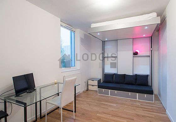 Séjour très calme équipé de 1 lit(s) armoire de 140cm, télé, 1 fauteuil(s), 1 chaise(s)