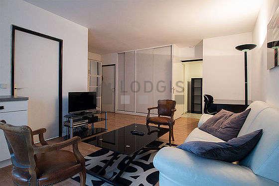 Séjour calme équipé de 1 canapé(s) lit(s) de 140cm, 1 lit(s) armoire de 140cm, télé, 3 fauteuil(s)