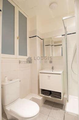 Belle salle de bain avec fenêtres double vitrage et du carrelage au sol