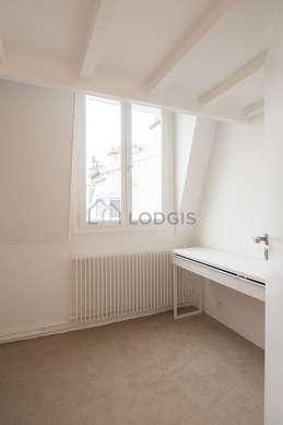 Bureau très calme muni des fenêtres double vitrage avec vue sur cour