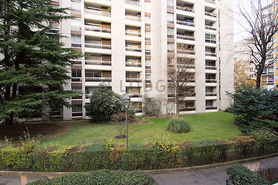 Terrasse très calme et lumineuse avec du carrelage au sol