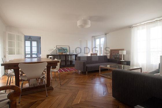 Séjour calme équipé de 1 canapé(s) lit(s) de 90cm, télé, 1 fauteuil(s), 1 chaise(s)