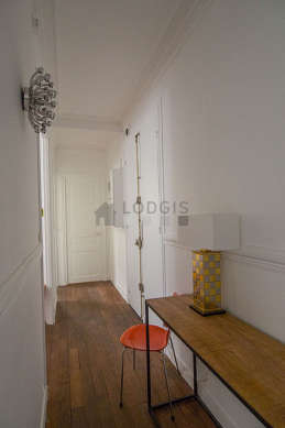 Belle entrée avec du parquet au sol et équipée de 1 chaise(s)