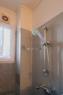 Salle de bain équipée de baignoire, douche séparée, douche dans baignoire