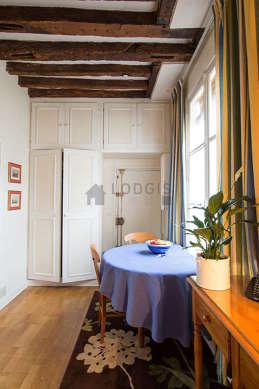 Séjour très calme équipé de table à manger, penderie, placard, 3 chaise(s)