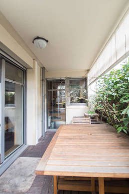 Terrasse calme et lumineuse avec du dallage au sol