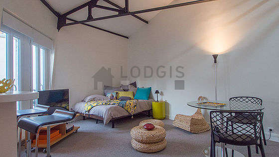 Grand salon de 24m² avec la moquette au sol