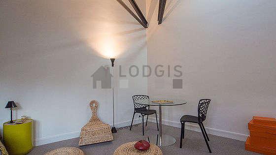 Salon très lumineux équipé de 1 chaise(s)