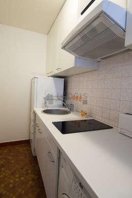 Cuisine équipée de lave linge, sèche linge, réfrigerateur, hotte