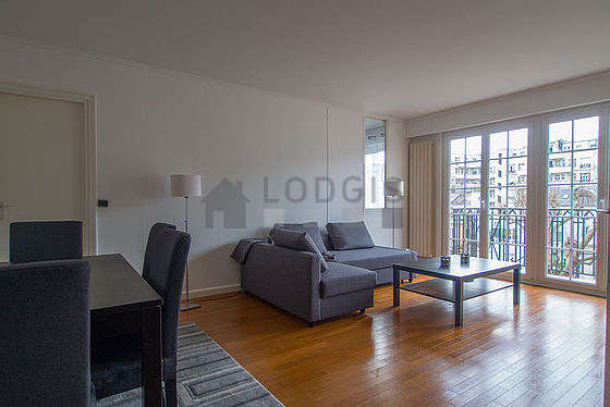 Large living room of 24m² with wooden floor
