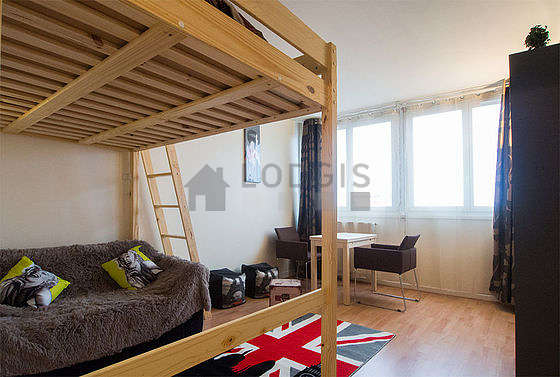 Séjour calme équipé de 1 canapé(s) lit(s) de 140cm, 1 lit(s) mezzanine de 140cm, téléviseur, 2 chaise(s)