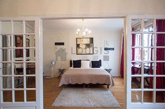 Chambre très lumineuse équipée de table de chevet