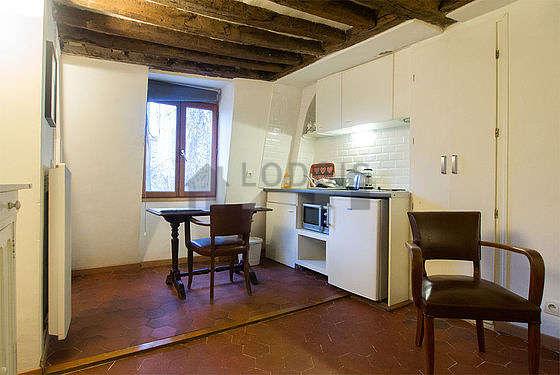 Séjour très calme équipé de 1 canapé(s) lit(s) de 140cm, table à manger, commode, placard