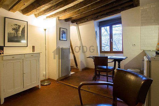 Salon avec des tomettes au sol