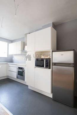 Belle cuisine de 6m² avec du béton au sol