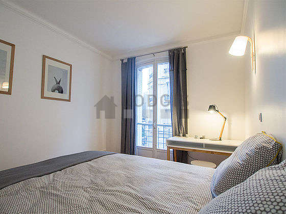 Chambre lumineuse équipée de bureau, penderie, placard, tabouret