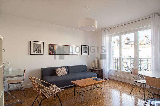 Séjour très calme équipé de 1 canapé(s) lit(s) de 140cm, télé, 1 fauteuil(s), 4 chaise(s)