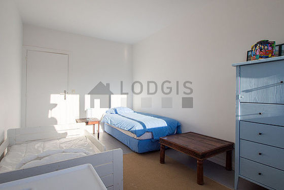 Quiet bedroom for 3 persons equipped with 1 infant bed(s) of 90cm, 1 bed(s) of 120cm