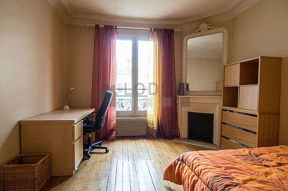 Bedroom of 15m² with wooden floor