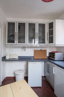 Kitchen of 6m² with floor tiles floor