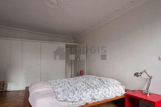 Chambre lumineuse équipée de penderie, placard, 1 chaise(s)